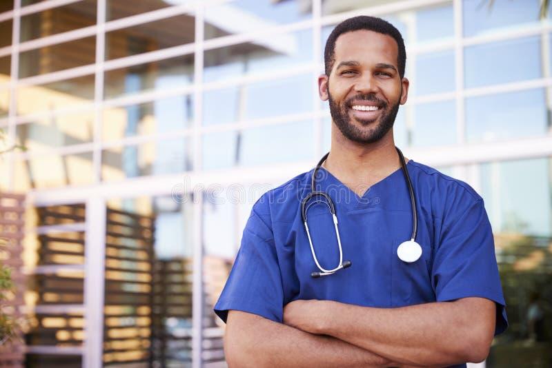 Młodego czarnego męskiego opieka zdrowotna pracownika uśmiechnięty outside, portret obrazy stock