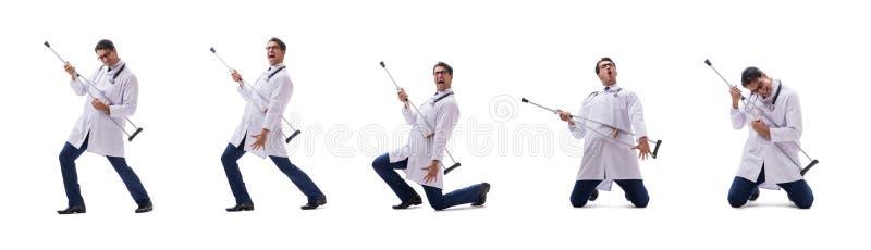 Młodego doktorskiego lekarza trwanie odprowadzenie odizolowywający na białym tle obraz royalty free