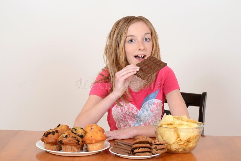 Młodego dziecka łasowanie wielki czekoladowy bar zdjęcie stock