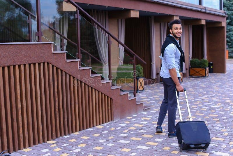 Młodego faceta biznesmena Arabski uczeń Przychodziłem iść restauracja Z Su obraz stock