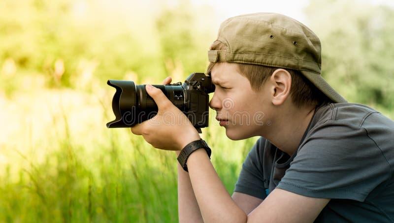 Młodego fotografa mknąca natura z SLR kamerą fotografia royalty free