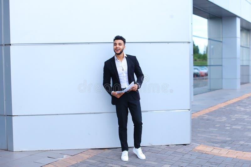 Młodego męskiego faceta arabski biznesmen śmia się, raduje się sukces, chwyt obraz royalty free