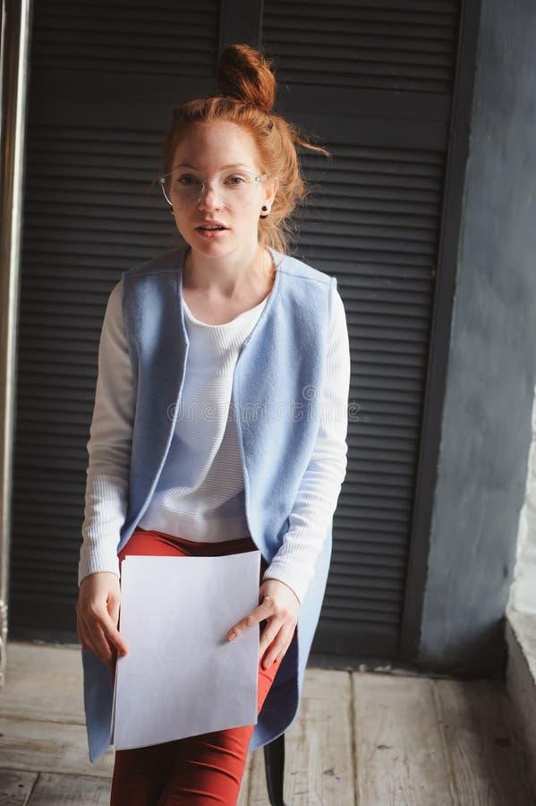Młodego modnisia studencka kobieta lub kreatywnie freelance projektant pracuje na projekcie obraz stock
