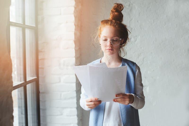 Młodego modnisia studencka kobieta lub kreatywnie freelance projektant pracuje na projekcie Mienie plan biznesowy lub coursework obraz stock