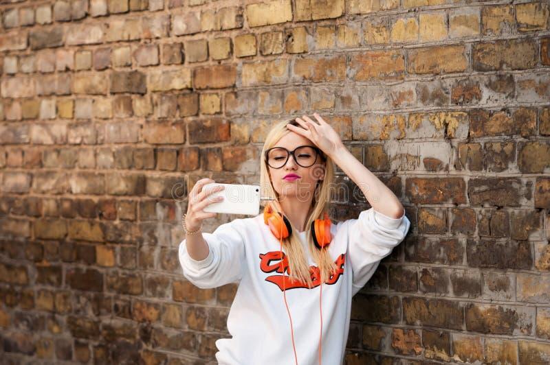 Młodego piękna amerykańska dziewczyna robi selfie, moda model, ładna dziewczyna obrazy stock