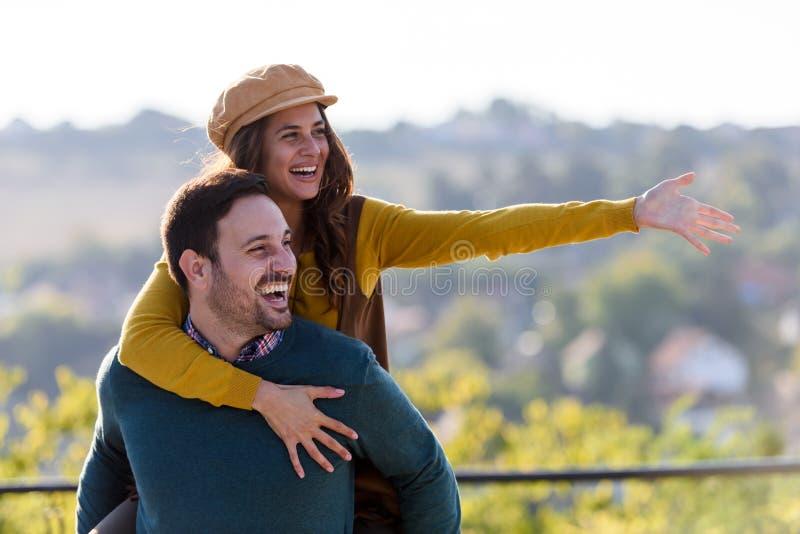Młodego pięknego cheerfull romantyczna para ma zabawę outdoors obraz stock