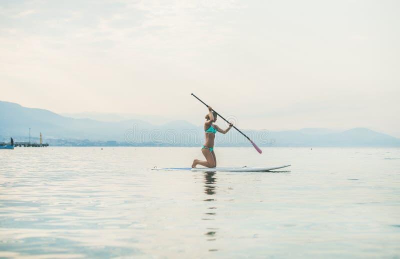 Młodego pięknego slavian kobieta turysty paddle ćwiczy abordaż zdjęcie stock