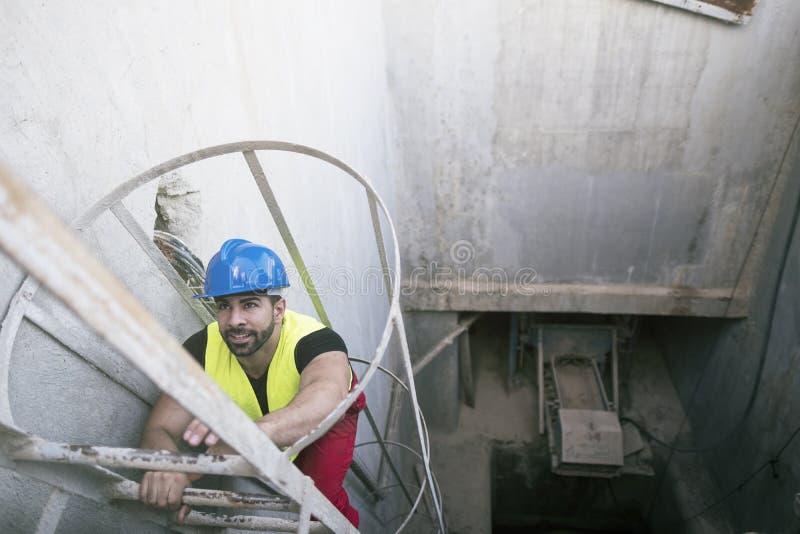 Młodego pracownika ochrony wspinaczkowi schodki zdjęcie royalty free