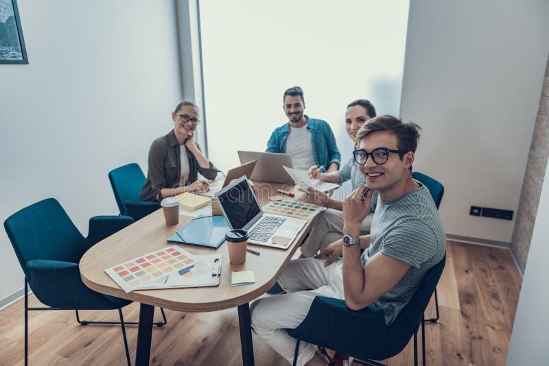 Młodego rozpoczęcia drużynowy studing nowy projekt w workroom obraz stock