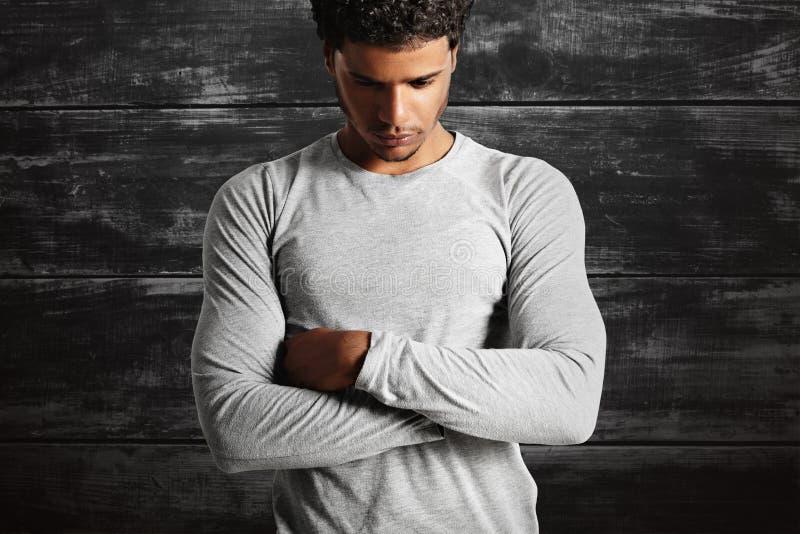 Młodego seksownego czerni wzorcowy jest ubranym światło - szara longsleeve koszulka fotografia royalty free