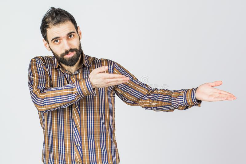Młodego szczęśliwego mężczyzna portreta ufny biznesmen pokazuje teraźniejszość obrazy stock