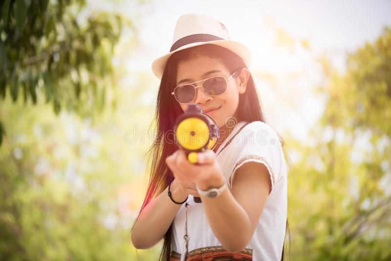 Młodego szczęśliwego piękna Azjatycka dziewczyna jest ubranym lato koszula w Songkran festiwalu z wodnym pistoletem - wodny f zdjęcie royalty free