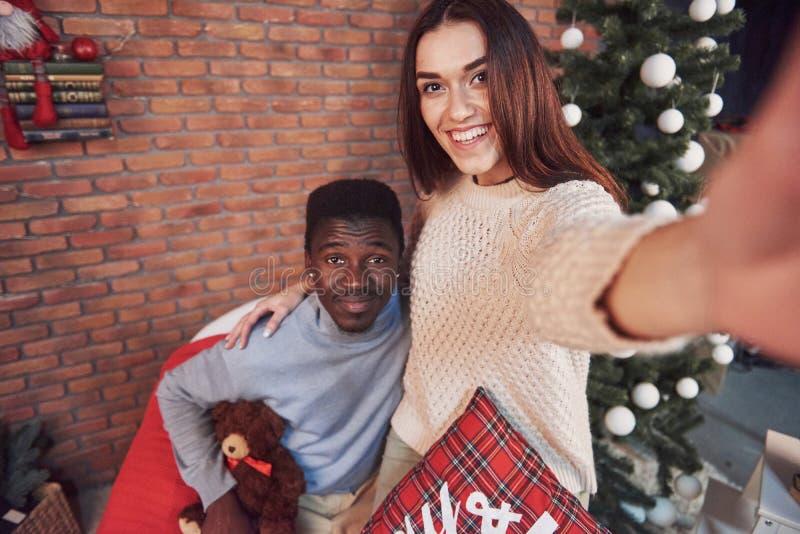 Młodego wieloetnicznego pary spotkania przytulenia Bożenarodzeniowy dom nowy rok, Świąteczny nastrój mężczyzna i kobieta obrazy royalty free