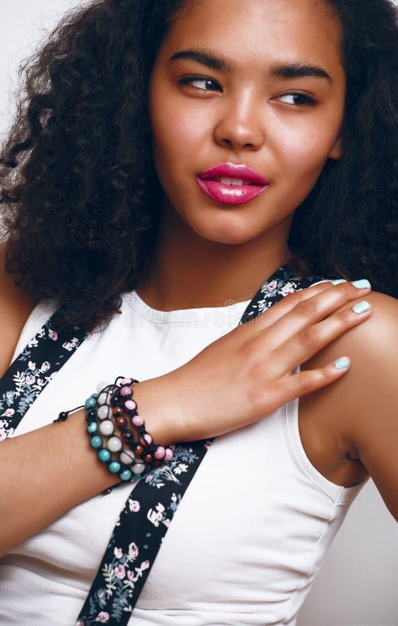 Młodej ładnej amerykanin afrykańskiego pochodzenia nastoletniej dziewczyny szczęśliwy uśmiechnięty zakończenie up na białym tle,  obrazy stock