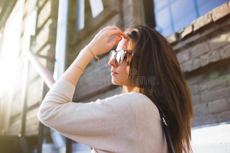 Młodej ładnej kobiety mody plenerowy portret Pięknej dziewczyny przypadkowa suknia i okulary przeciwsłoneczni zdjęcie royalty free