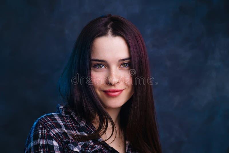 Młodej ślicznej uśmiechniętej dziewczyny pracowniany krótkopęd Naturalny piękno, minimalny ma zdjęcie stock