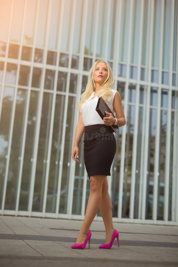 młodej atrakcyjnej blondynki biznesowa kobieta fotografia stock