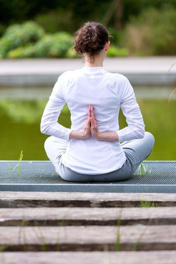 Młodej atrakcyjnej kobiety ćwiczy joga w parku fotografia royalty free