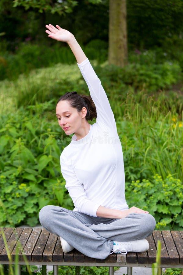 Młodej atrakcyjnej kobiety ćwiczy joga w parku zdjęcie royalty free