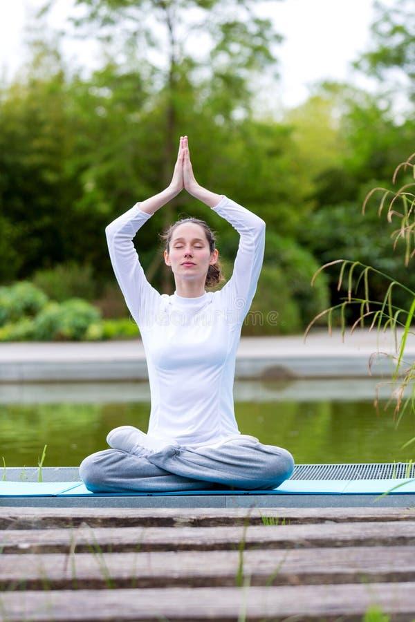 Młodej atrakcyjnej kobiety ćwiczy joga w parku zdjęcie stock