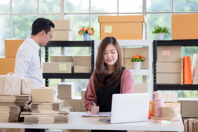 Młodej Azjatyckiej pary biznesowy działanie w prostym domowym biurowym spojrzeniu obraz royalty free