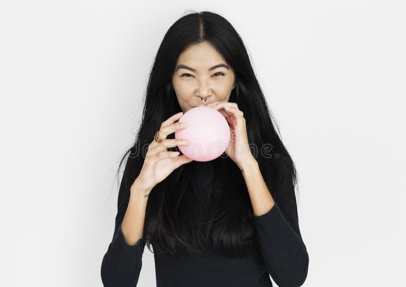 Młodej azjatykciej kobiety przypadkowy dmuchanie balon fotografia stock
