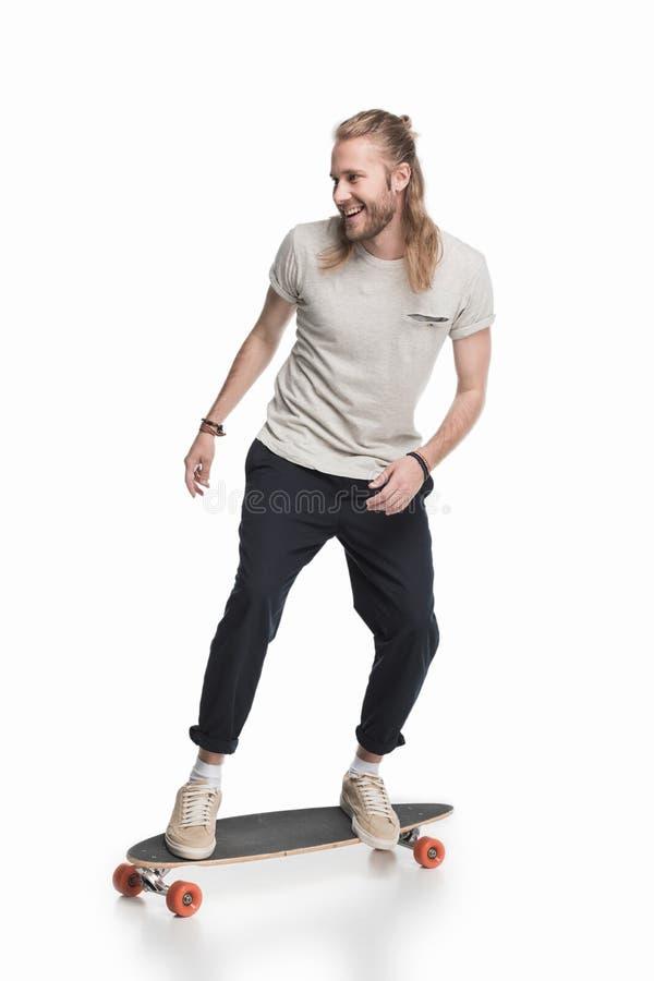 Młodej blond łyżwiarki jeździecki longboard fotografia royalty free