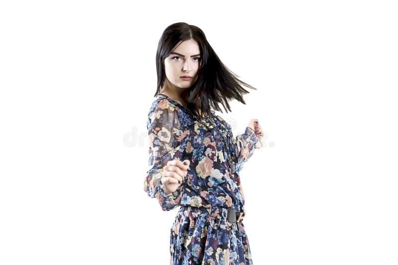 Młodej brunetki dziewczyny sukni dancingowy studio, poważny obrazy royalty free