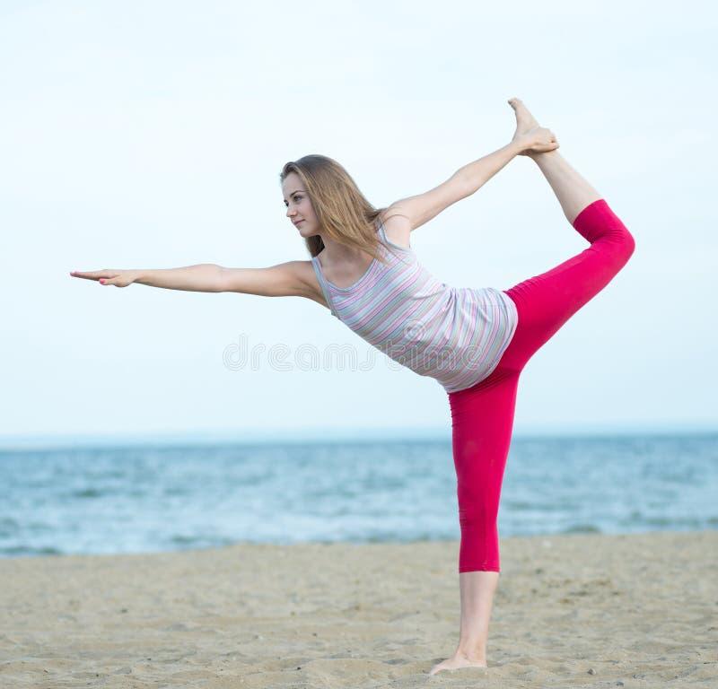 Młodej damy ćwiczy joga Trening blisko oceanu dennego wybrzeża obrazy stock