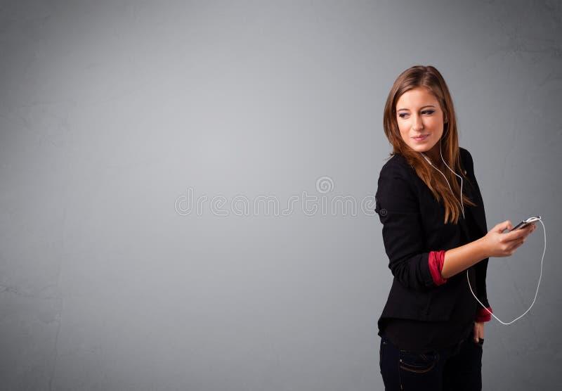 Download Młodej Damy Słuchanie Muzyka Z Kopii Przestrzenią I śpiew Zdjęcie Stock - Obraz złożonej z pusty, reklamuje: 53776284
