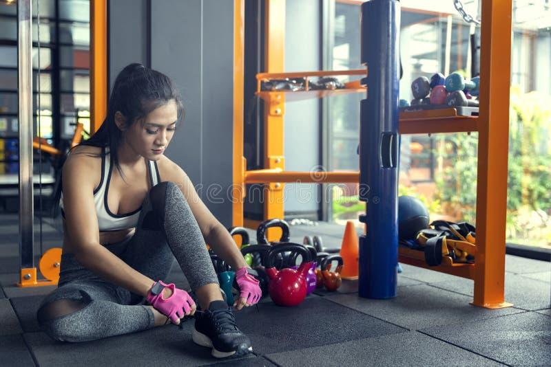 Młodej dziewczyny ćwiczenia roweru cardio trening przy sprawności fizycznej gym zdjęcia stock