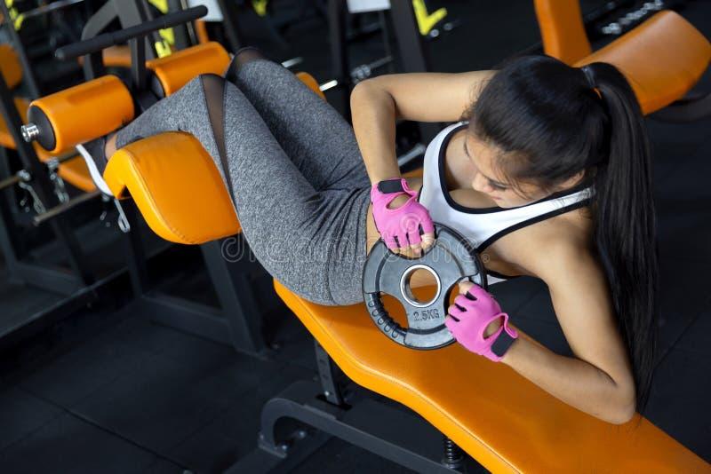 Młodej dziewczyny ćwiczenia roweru cardio trening przy sprawności fizycznej gym obraz stock