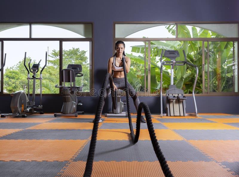 Młodej dziewczyny ćwiczenia roweru cardio trening przy sprawności fizycznej gym obrazy stock