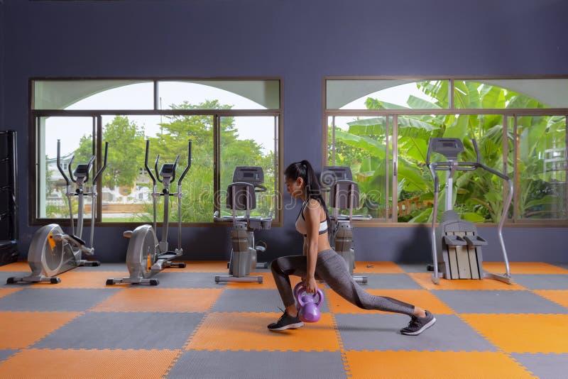 Młodej dziewczyny ćwiczenia roweru cardio trening przy sprawności fizycznej gym zdjęcia royalty free