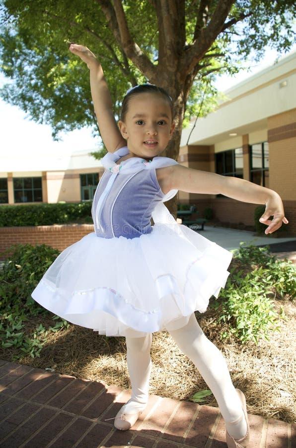 Młodej dziewczyny baleta taniec zdjęcie stock