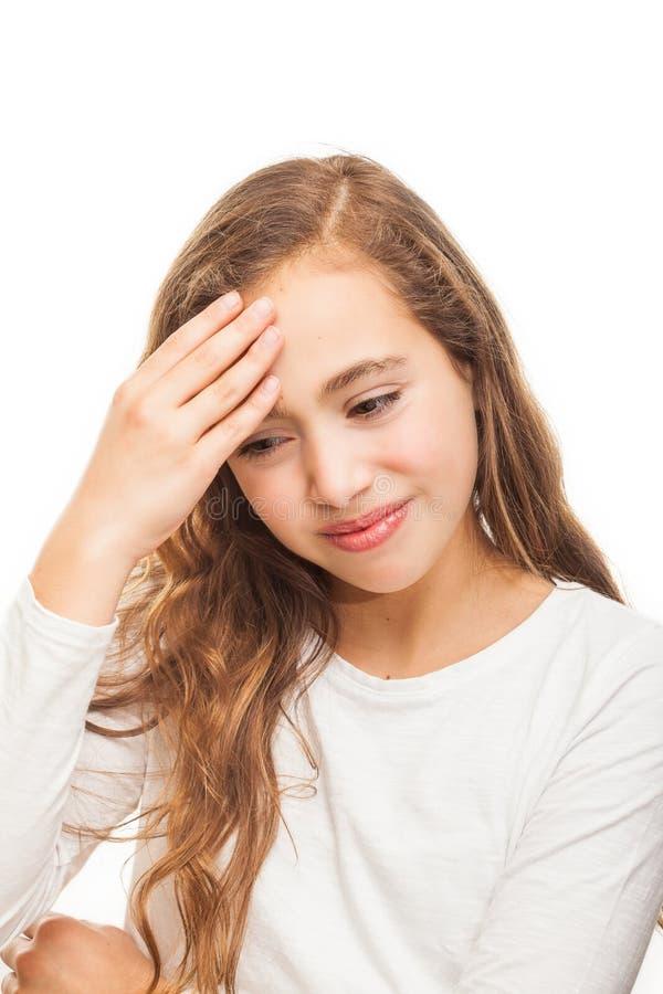 Młodej dziewczyny cierpienie od migreny desperackiej i zaakcentowanej przez bólu i migreny z rękami na głowie odizolowywającej zdjęcie stock