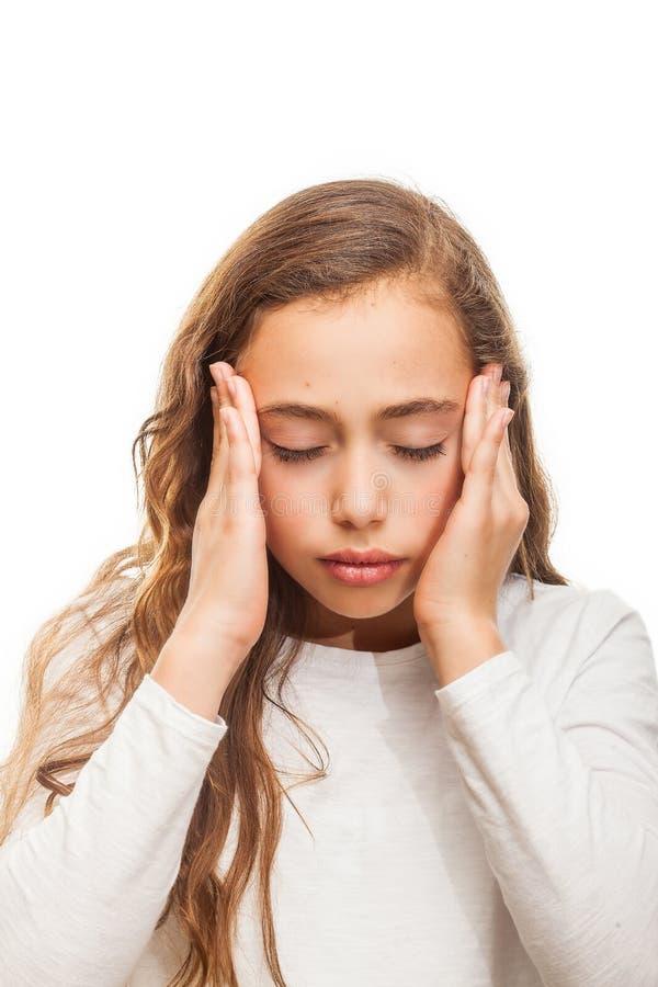 Młodej dziewczyny cierpienie od migreny desperackiej i zaakcentowanej przez bólu i migreny z rękami na głowie odizolowywającej fotografia stock