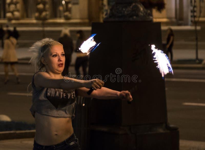 Młodej dziewczyny fakir w centrum miasto układa ognistego przedstawienie obraz royalty free