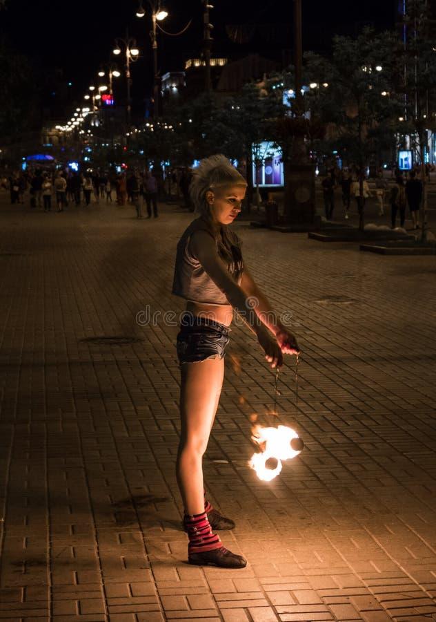 Młodej dziewczyny fakir w centrum miasto układa ognistego przedstawienie zdjęcia stock