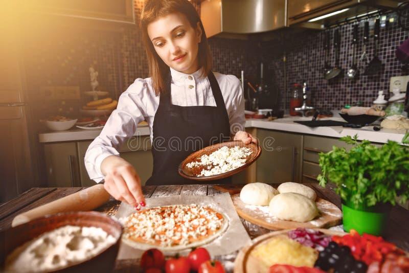 Młodej dziewczyny kulinarna pizza zdjęcia stock