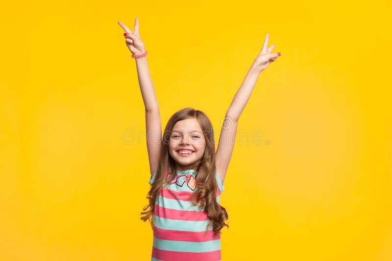 Młodej dziewczyny mienia ręki up uśmiecha się obraz royalty free