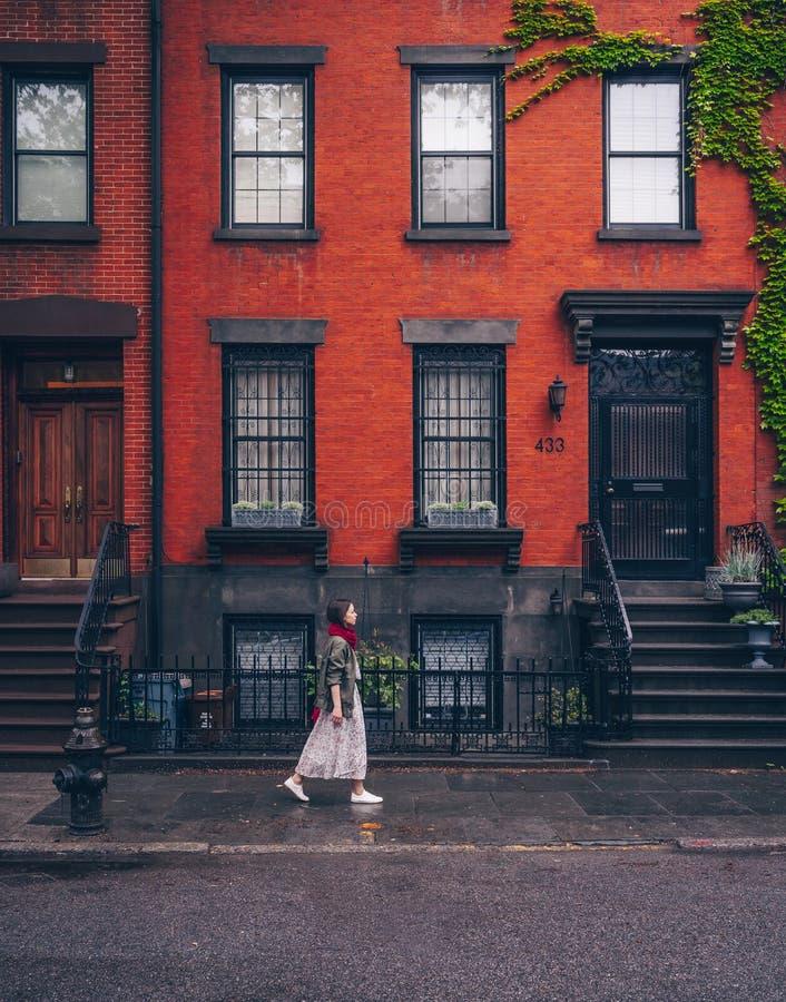 Młodej dziewczyny odprowadzenie w Nowy Jork obraz stock
