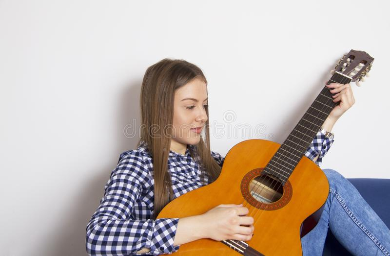 M?odej dziewczyny pi?kne sztuki na gitarze akustycznej zdjęcie stock