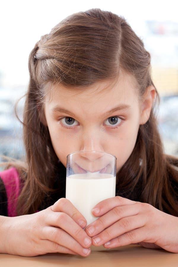 Młodej dziewczyny pije mleko fotografia royalty free