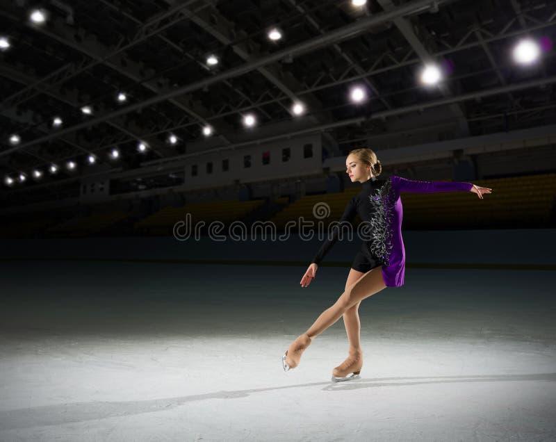 Młodej dziewczyny postaci łyżwiarka zdjęcia royalty free