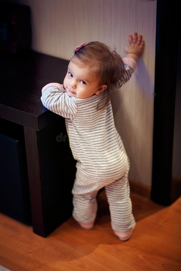Młodej dziewczyny pozycja i macanie zmiana fotografia stock