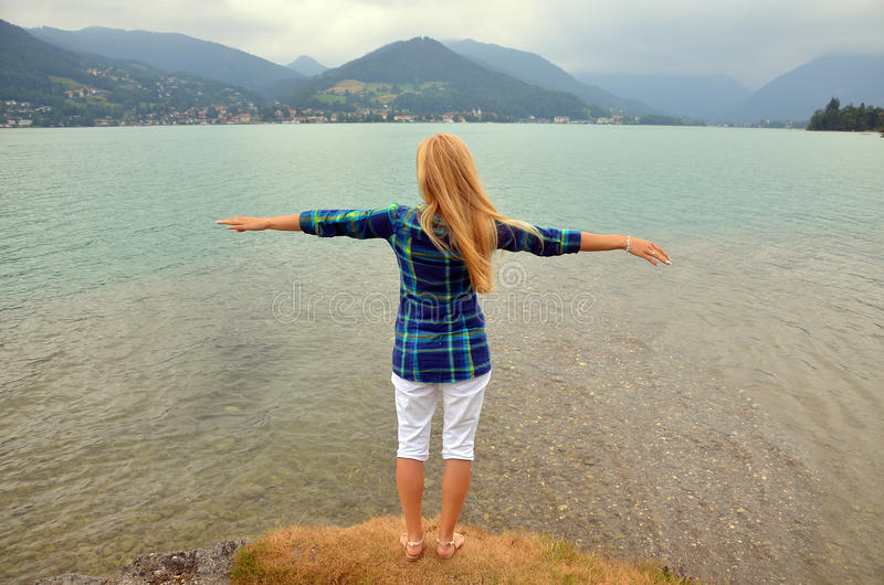 Młodej dziewczyny pozycja i podesłanie ręki z radością i inspiracją, wolności pojęcie obrazy royalty free