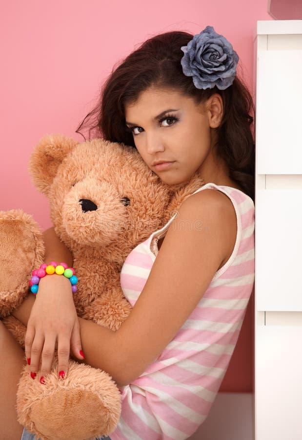 Młodej dziewczyny przytulenia zabawki niedźwiedź obraz royalty free