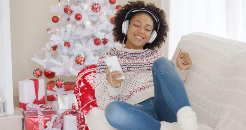 Młodej dziewczyny relaksujący słuchanie Bożenarodzeniowa muzyka zdjęcie stock