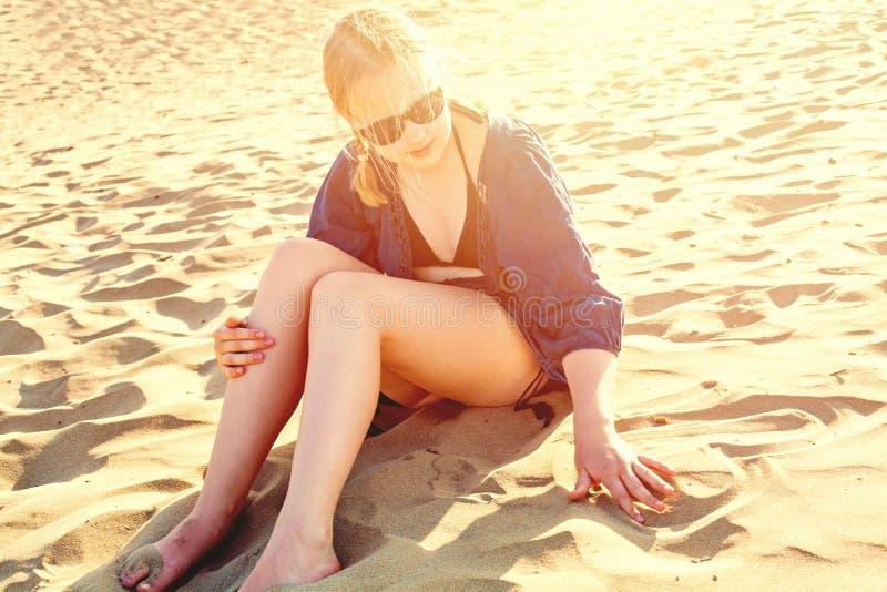 Młodej dziewczyny rysunkowy serce na dennym piasku Szczęśliwy wakacyjny pojęcie obraz stock